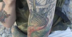 Tatuaje embarcación destruida en el brazo