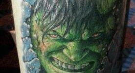 Tatuaje Hulk en el brazo