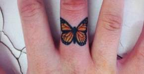 Tatuaje mariposa en la mano