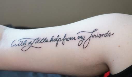 Tatuaje With a little help from my friends en el brazo