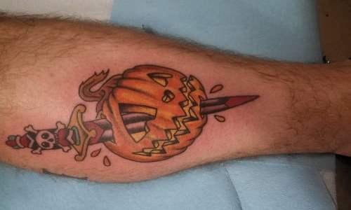 Calabaza atravesada por una daga (tatuaje)