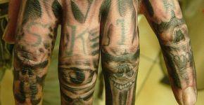 Calaveras tatuadas en nudillos
