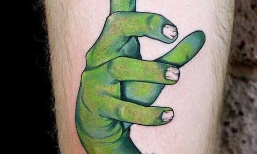 Mano de zombie tatuada en la pierna