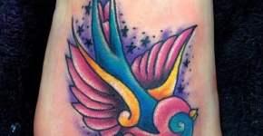 tatuaje-colorida-avecilla-en-el-pie