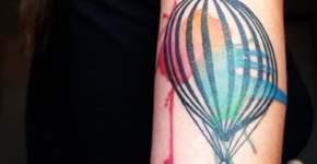 Globo aerostático y ancla en un tatuaje