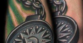 Tatuaje de una brujula