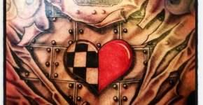 Tatuaje en el pecho de un corazón poco usual