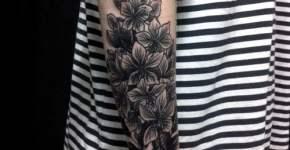 Flores tatuadas en todo el brazo