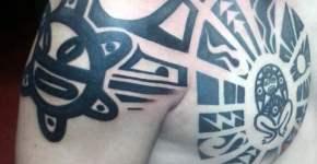 Tatuaje estilo maorí en hombro y pecho
