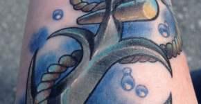 Tatuaje de ancla en el brazo