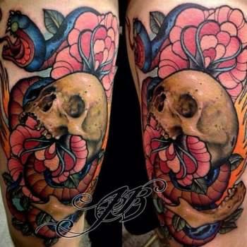 Tatuaje de craneo con flores
