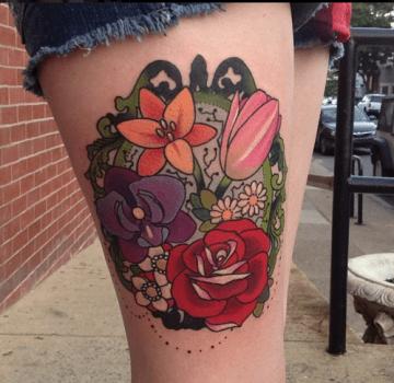 Tatuaje de flores en el muslo