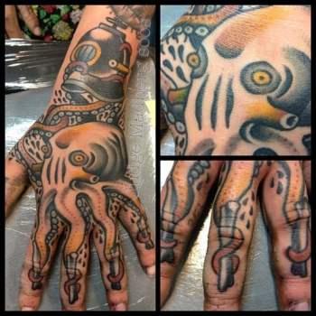 Tatuaje de pulpo en la mano
