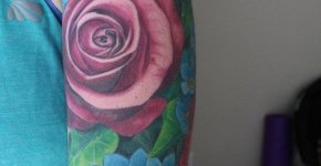 Tatuaje flores rosas y azules