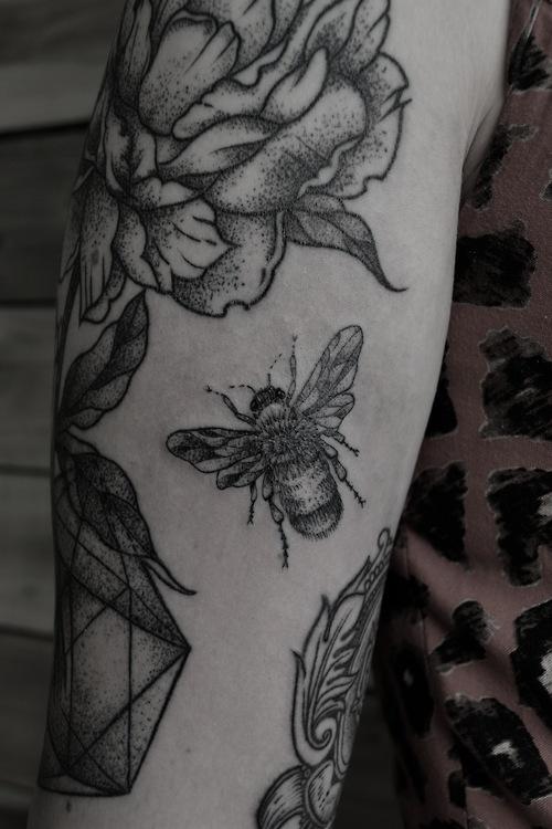 Tatuaje de abeja - Tatuajesxd