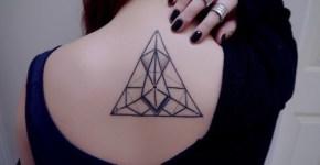 Tatuaje triangular en la espalda