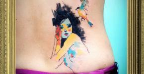 Tatuaje mujer semidesnuda