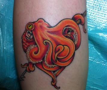 Tatuaje pulpo naranja.