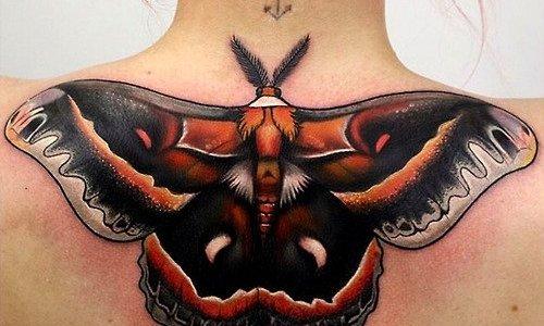 Tatuaje mariposa negra en la espalda