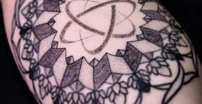 Tatuaje geométrico brazo