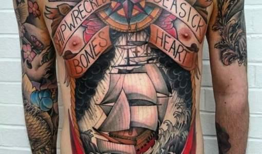 Tatuaje marino en el pecho