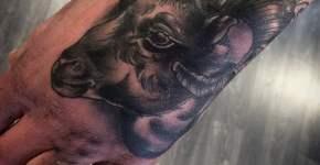 Tatuaje cabeza carnero en la mano