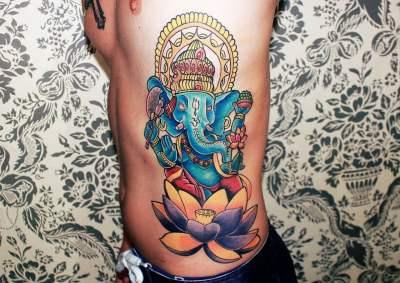 Tatuaje Ganesha en el costado