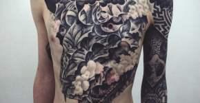 Tatuaje monstruo en el abdomen