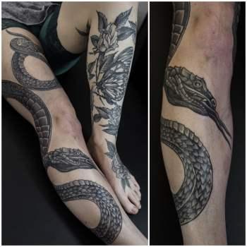Tatuaje serpiente en la pierna