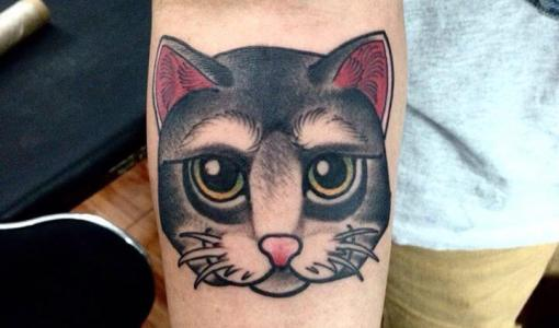 Tatuaje cabeza de gato gris