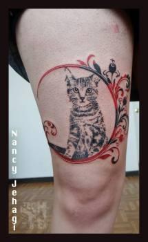 Tatuaje gatito en la pierna