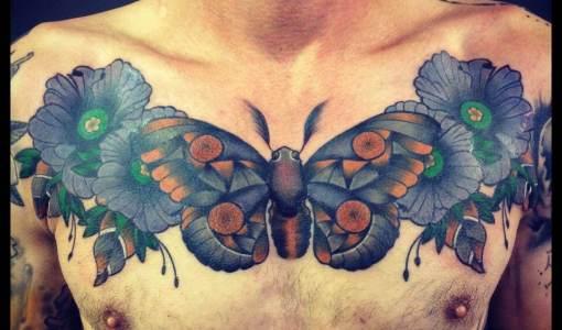 Tatuaje mariposa gris en el pecho