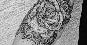 Tatuaje rosa en blanco y negro