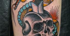 Tatuaje de serpiente azul y amarilla