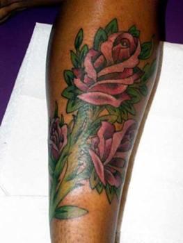 Tatuaje rosas piel oscura