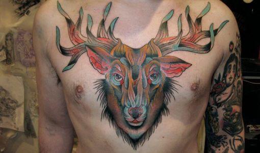 Tatuaje venado en el pecho