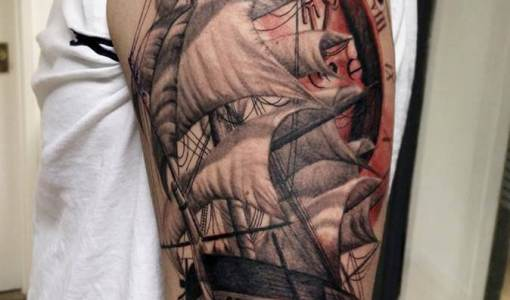Tatuaje barco velero en el brazo