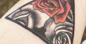 Tatuaje triángulo floral