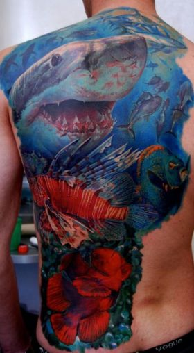 Tatuaje en la espalda de tiburones y peces exóticos