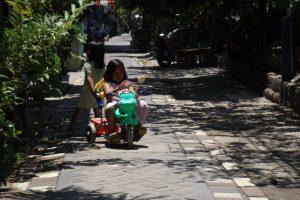 Glückliches Kind auf seinem Fahrrad in Surabaya