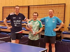 Eindwinnaar van de zomerevents Frans Zweipfenning samen met de beide organisatoren Remco Brandenburg en Matthieu Wegh.