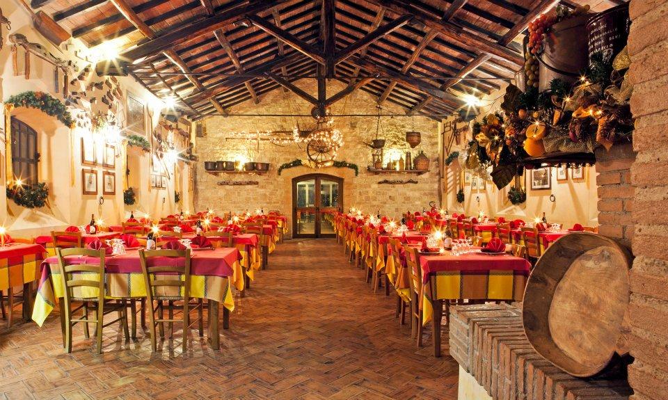 Agriturismo Casale del Castellaccio - Tavoli nel granaio