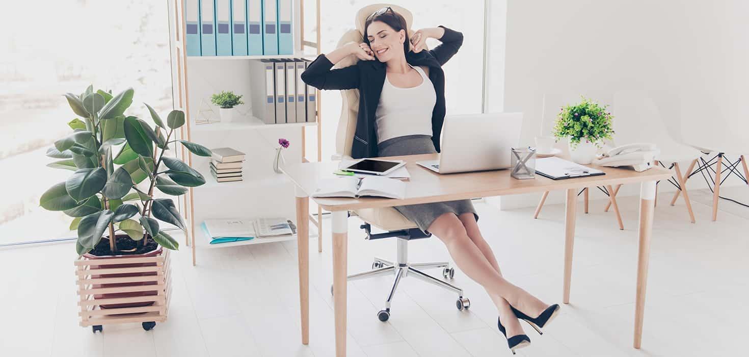 Le sedute e le scrivanie della linea ufficio sono realizzate in agglomerato ligneo nobilitato color faggio di spessore mm 25 per le scrivanie; Come Disporre E Posizionare La Scrivania In Ufficio Per Massimizzare Gli Spazi Tavolisedie Com Vendita Tavoli E Sedie Di Qualita A Prezzi Competitivi