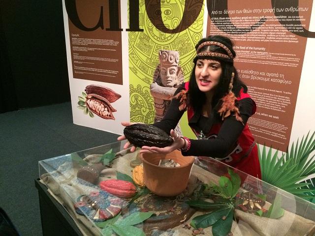 Ηθοποιοί ντυμένοι Αζτέκοι, διηγούνται στο κοινό την ιστορία του κακάο, πώς έφθασε στα χέρια των Μάγια και από εκεί στην Ευρώπη