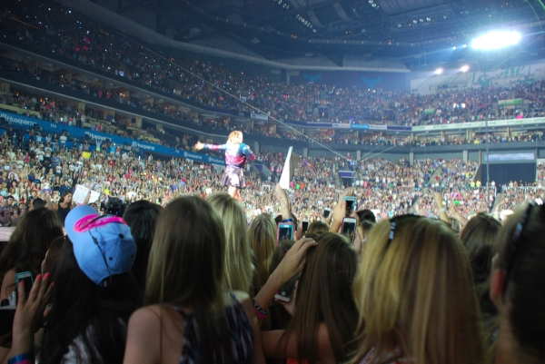 Sea of Swifties at Chicago concert in 1989 World Tour.