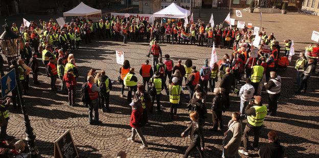 Demonstration der Bewegung Aufstehen auf einem Marktplatz in Düsseldorf