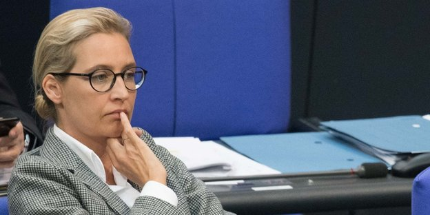 Alice Weidel puts a finger on her lips
