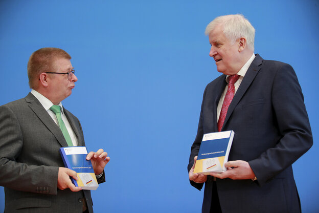 Seehofer and Haldenwang face each other and hold the report on the protection of the constitution