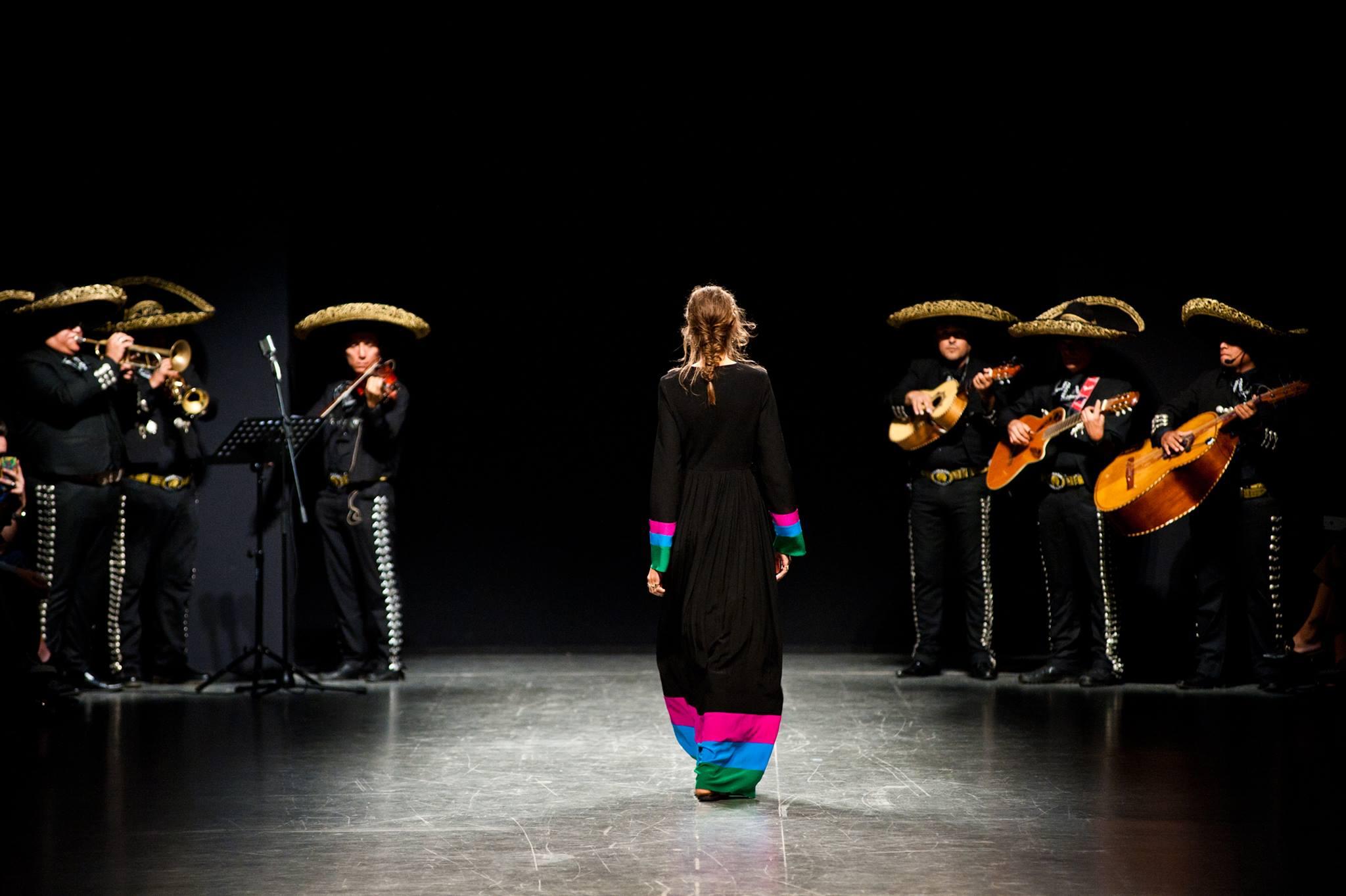 Diseñador mexicano cerró el desfile del MFW con Morena de mi Corazón