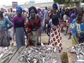 Au Tchad, après 26 ans de pouvoir, même le poisson en a assez du Président Idriss Déby et se fait très rare au marché de la capitale N'Djaména